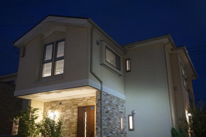 夜の家の外観